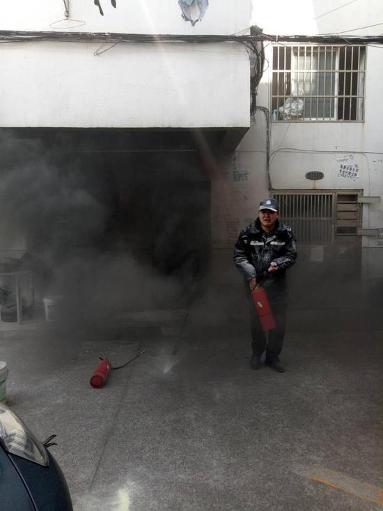 赶到的消防队员清理现场后也确定并无人员在里面。