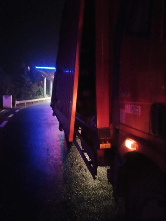 图为遗失布匹的货车。 嘉兴高速供图
