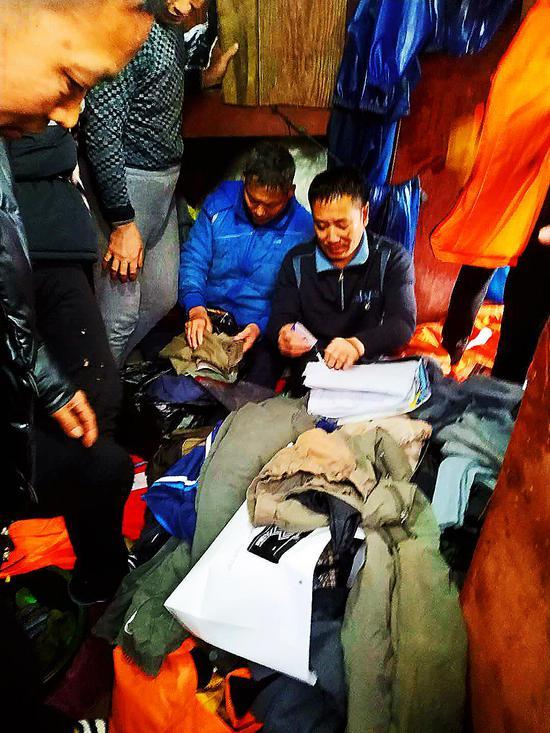 钱某让船员们拿出热水和衣服,让渔民们御寒。陈振旭摄