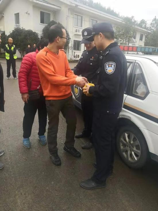 图为:民警将发病男子带离高速公路 高速交警台州支队供图