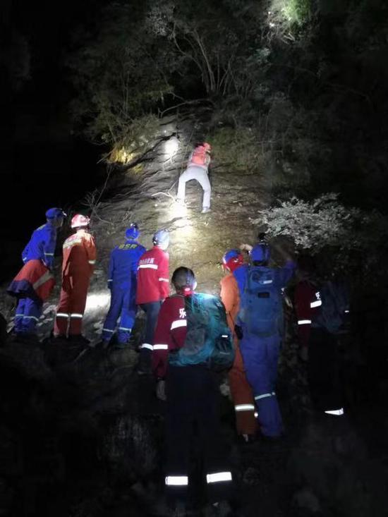救援人员营救被困人员 乐清警方供图