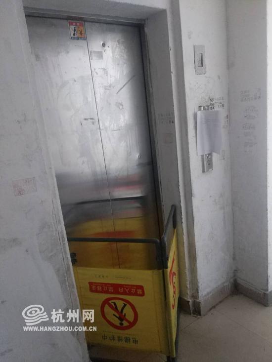 江干区邻里人家东苑2幢1单元电梯,已停运半月。