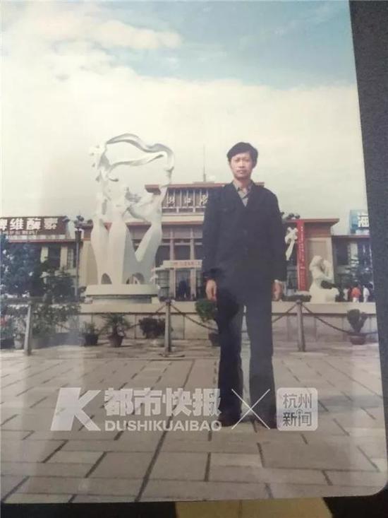 30年前,老吴在武林广场留影。