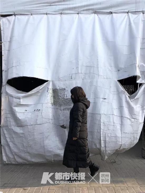 """2019年1月,公园路,一家店铺的篷布露出了大的""""眼睛""""。"""