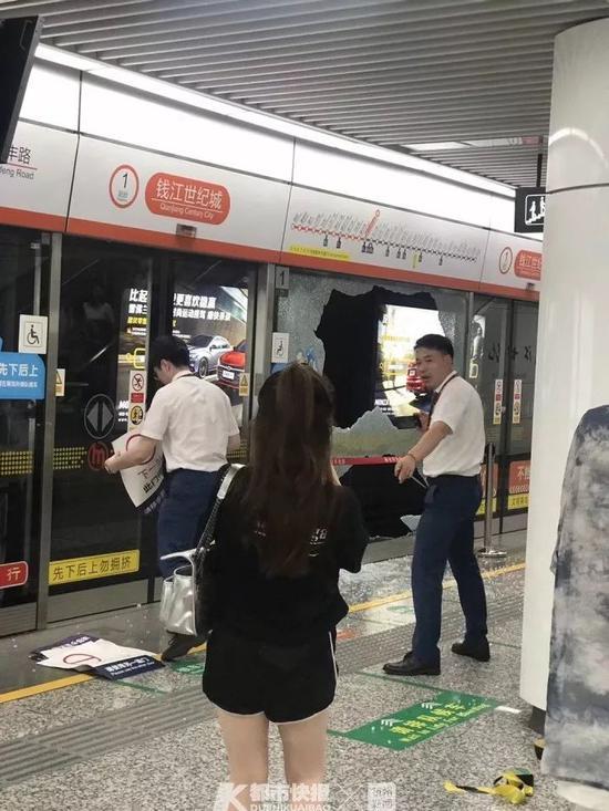 杭州地铁2号线站台一屏蔽门玻璃炸裂 无人员受伤