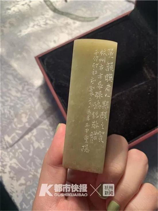 黄奶奶百岁时,杭州市委市政府给她颁发了西泠印社的印章。