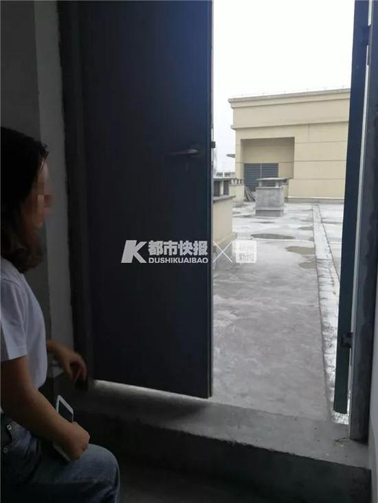 小杨在事发地回忆当时的情况。摄影 刘抗