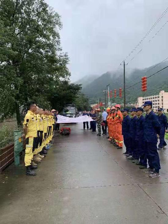图为:消防员遗体被找到。温州消防提供