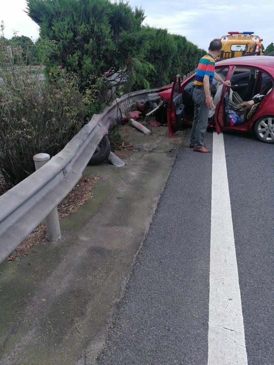 红色轿车偏离车道后,撞上中央护栏。高速交警提供