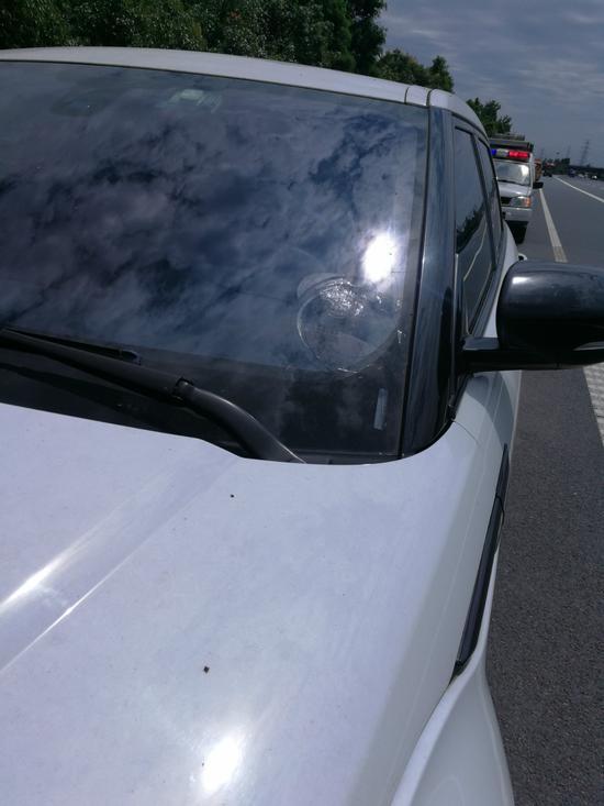 事故车辆与一辆路虎车发生撞击,造成后者前挡风玻璃破裂。高速交警提供