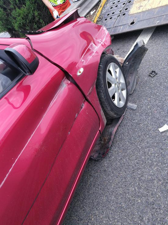 事故车辆损毁严重。高速交警提供