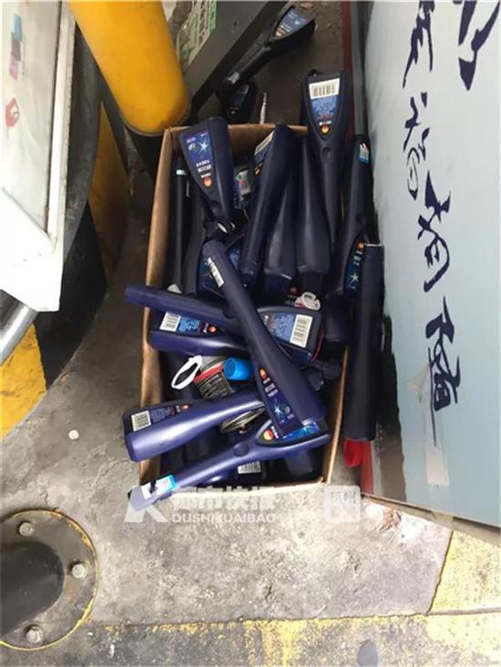 很多加油站都堆满了燃油宝的空瓶