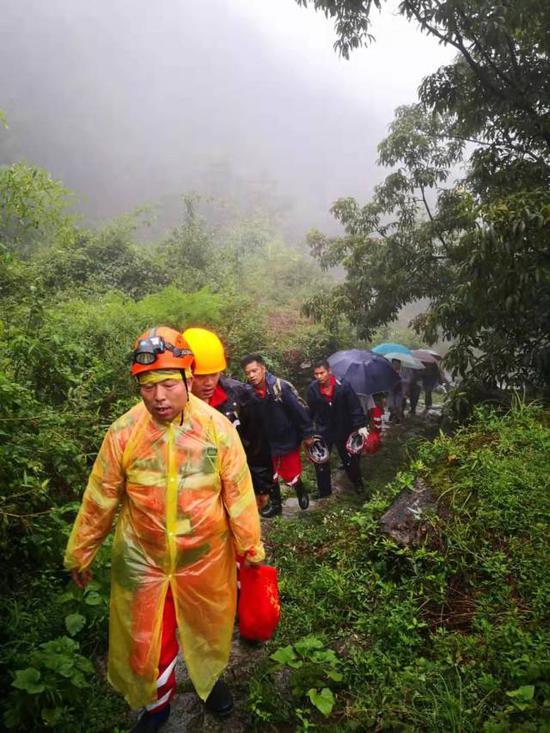 驻村干部一户户敲开村民家门确保全员疏散