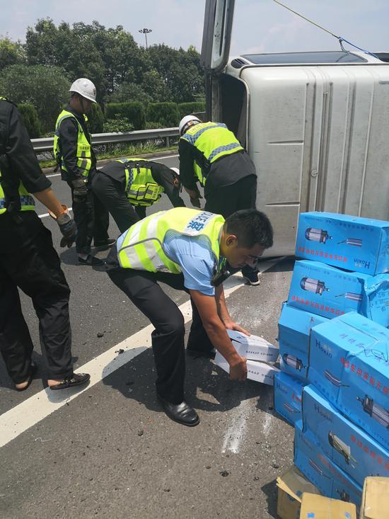 图为:浙江台州暖心警民携手救助 刘益 摄