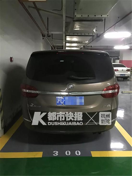 别克车被挪到了另外的车位上