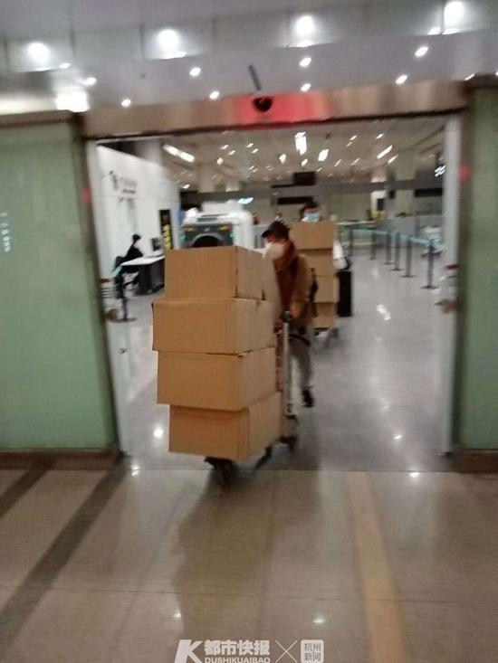 浙江省中国旅行社领队们从缅甸买了1000盒口罩已于1月27日凌晨运抵杭州