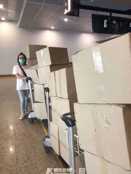 1月27日凌晨,浙江省中国旅行社的领队们从缅甸购买1000盒口罩运抵杭州。