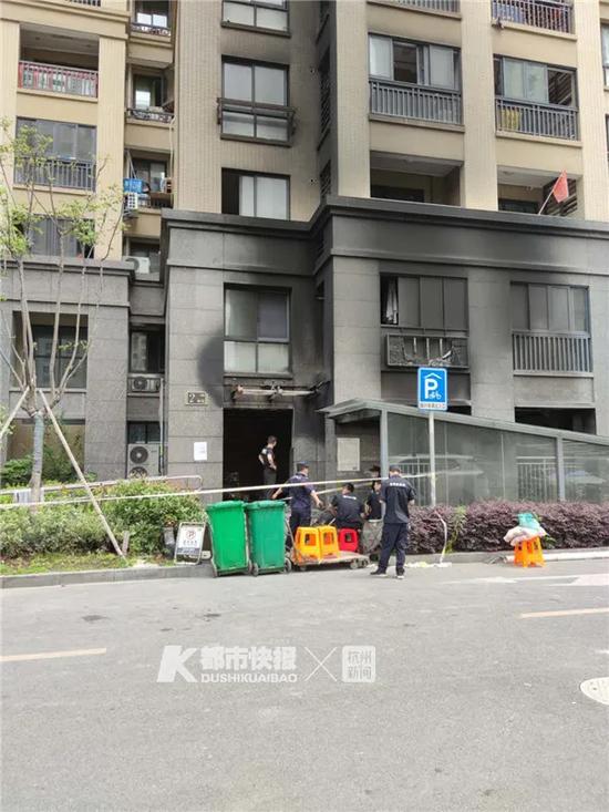 杭州一小区凌晨起火 一楼架空层几十辆电动车烧毁
