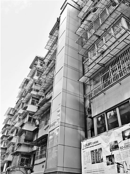 杭州某老小区里,成功加装电梯(本报资料照片)