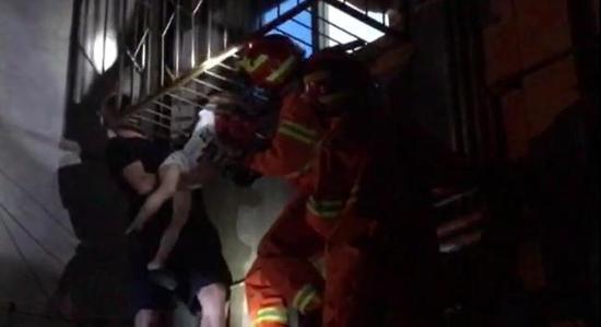 事发现场,消防队员已经赶到