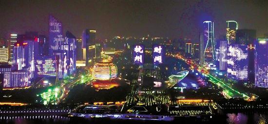 """9月2日晚,在第19届亚运会的举办城市杭州,钱塘江边上演了一场精彩的灯光秀,迎接亚运会进入""""杭州时间""""。 浙江在线记者 钱璐斌 周旭辉 摄"""