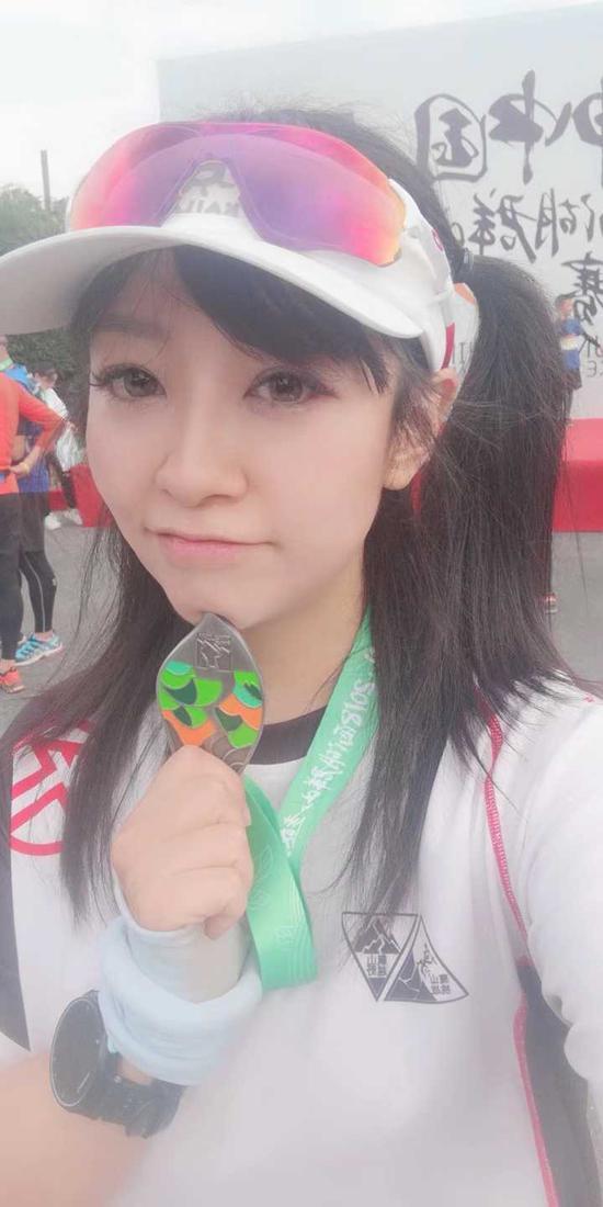 """黄炎卓原来是杭州跑圈大红人,微博粉丝近20万,被跑友们称为""""跑圈陈意涵""""。"""