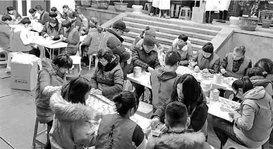 灵隐寺的志愿者开始忙起来了。