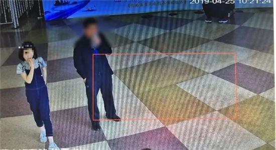 △派出所调取的监控画面:诗雨出现在汽车站售票大厅