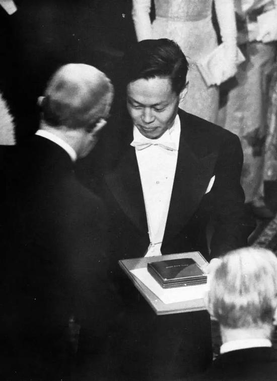 杨振宁获得诺贝尔奖