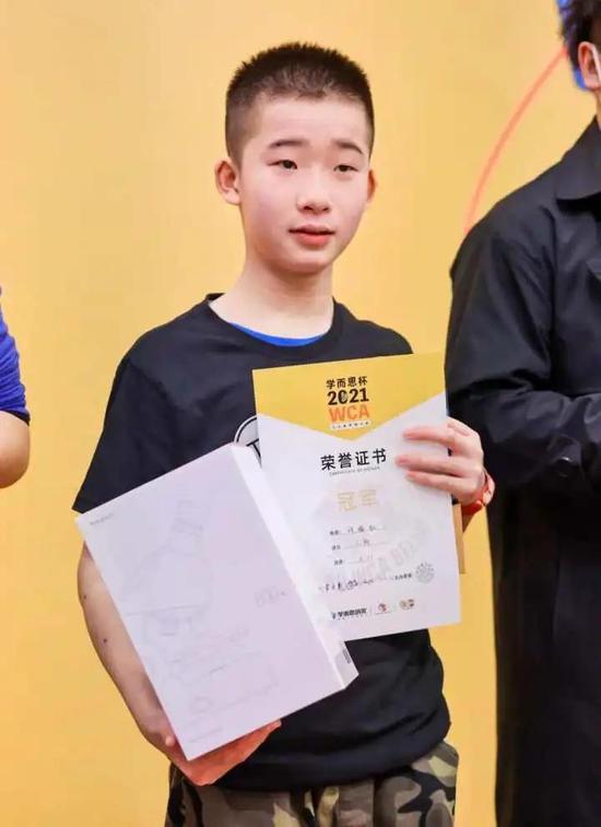 浙江十三岁男孩打破魔方世界纪录 平均成绩五秒四八