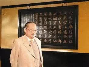 至于和金庸做朋友的徐志摩之子,是张幼仪所生,1918年出生,比金庸大7岁。