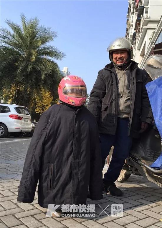 2017年12月,康乐坊,寒冷的冬天,父亲把小孩裹得暖暖的,怕冻着他。