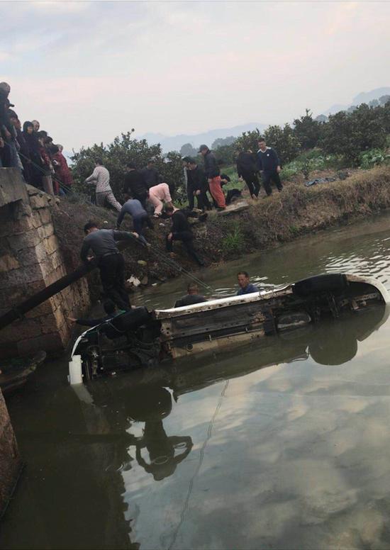 图为:村民跳河救人。临海市委宣传部供图