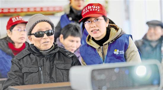 为盲人口述影像的模式已推广至慈溪、奉化等地。图为北仑81890光明影院为盲人放映电影。 本报记者 董旭明 摄