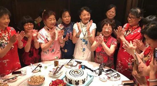 80岁阿姨在杭州读了18年大学 同学们平均年龄70岁