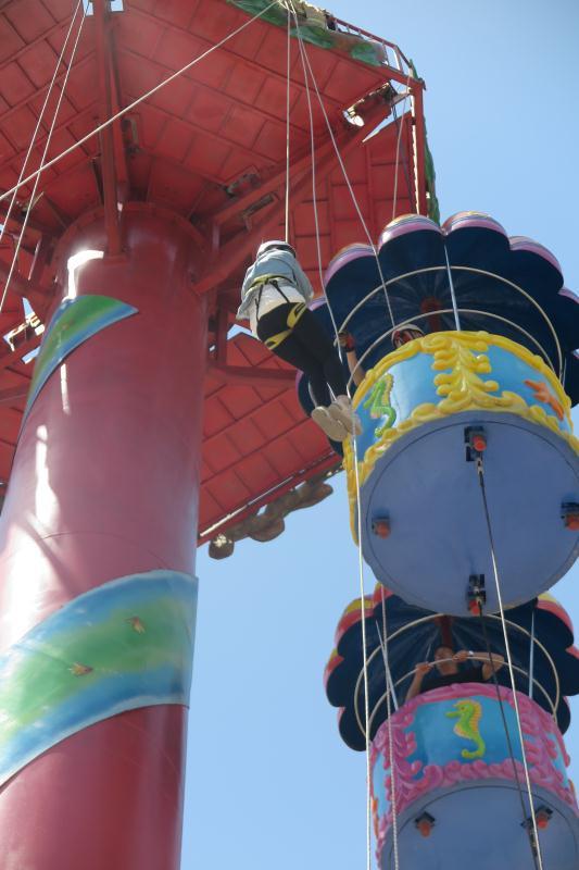 图为:温州一游乐园设备故障,3名游客被困高空。 唐伟鹏 摄