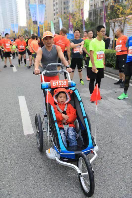 图为:半程马拉松上的父与子。浙江省仙居县委宣传部供图