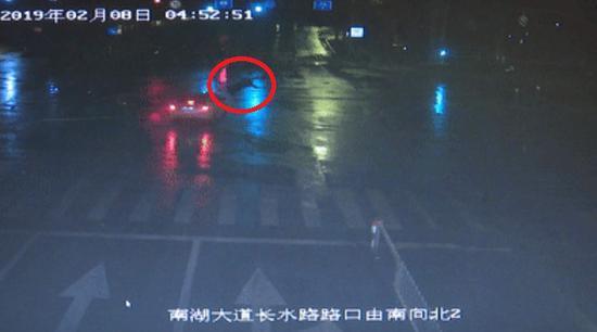 ?#22025;?#32769;罗闯红灯被撞。 嘉兴公安供图