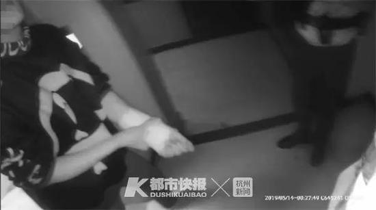 吵架后女友出走不接电话 在杭18岁小伙给自己划139刀