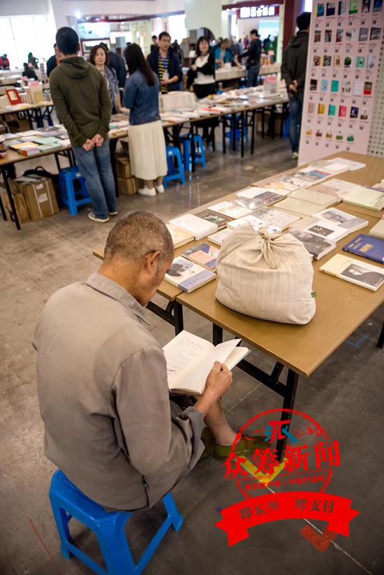 11月2日,2018宁波书展在国际会展中心拉开帷幕,老人每天前来报到。