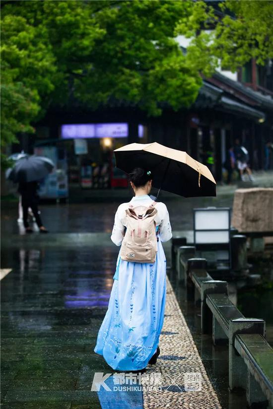 曲苑风荷,雨中游客。首席记者 夏阳 摄