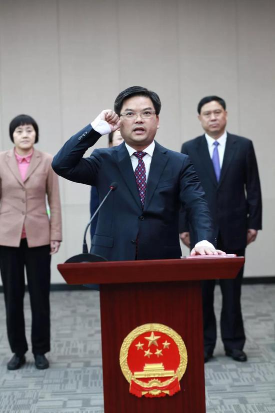 会上向李志龙颁发了任命书,并举行了宪法宣誓仪式。
