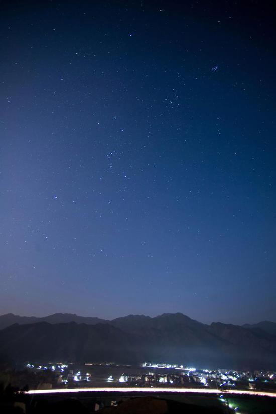 (离开之前,记者用相机定格下了杨林站如画般的星空 本报记者 吴崇远/摄)