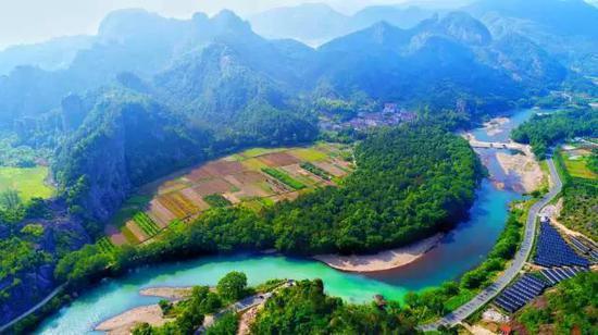 沿着河流,小溪,山坡,树林,田野,风景区