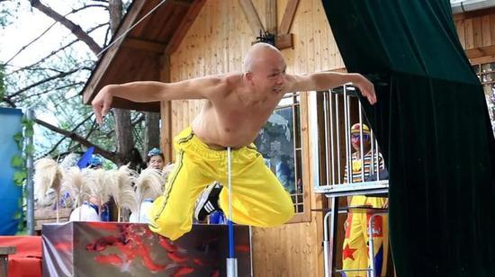 丽水69岁男子有个神奇的肚皮 能顶钢筋能提上10桶水