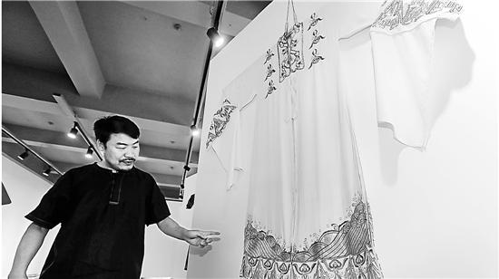 王胜红所指的这件白色对披,是著名越剧表演艺术家、芳华越剧团团长尹桂芳在《张羽煮海》中穿过的。