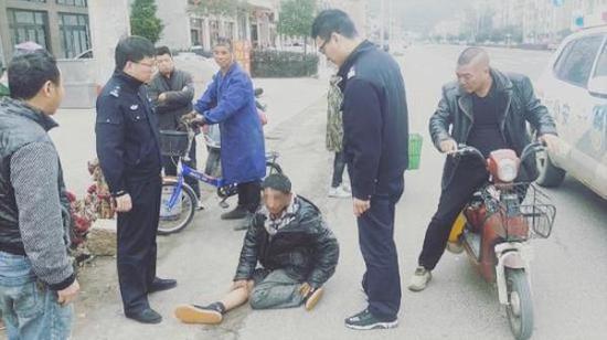民警赶到男子倒地的现场。供图