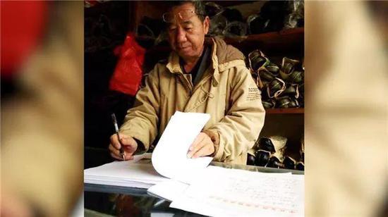   图为张坤开劳保用品店期间在记录民间故事,由张坤提供