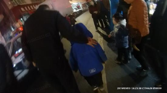 民警将小男孩送回了家 奚金燕 摄