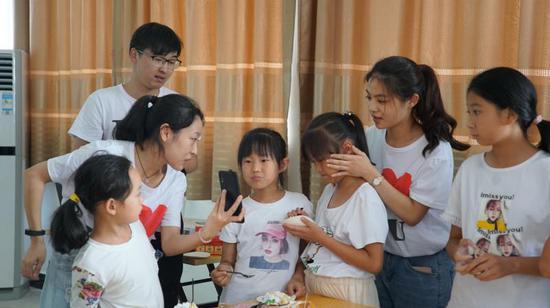 王欣怡姐妹俩与父母视频连线 青田提供